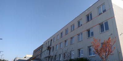Odstranění loga a nátěr fasády z vysokozdvižné plošiny